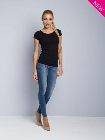 Czarny t-shirt z czarną lamówką przy dekolcie                                  zdj.                                  2
