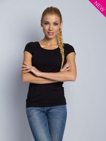 Czarny t-shirt z czarną lamówką przy dekolcie