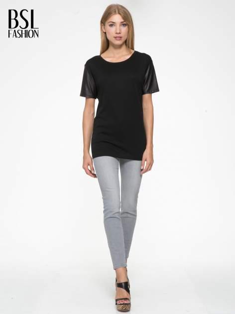 Czarny t-shirt z czarnymi skórzanymi rękawami                                  zdj.                                  5