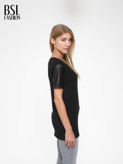 Czarny t-shirt z czarnymi skórzanymi rękawami                                  zdj.                                  3