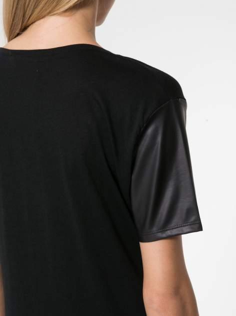Czarny t-shirt z czarnymi skórzanymi rękawami                                  zdj.                                  6