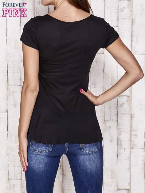 Czarny t-shirt z falbanami i złotą kokardką                                  zdj.                                  4