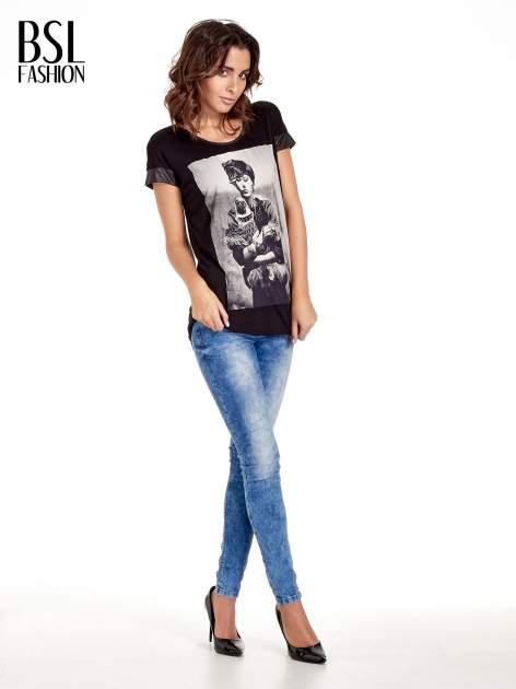 Czarny t-shirt z fotografią w stylu vintage i skórzanymi wstawkami przy rękawach                                  zdj.                                  2