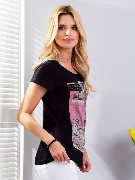Czarny t-shirt z fotograficznym nadrukiem                              zdj.                              3