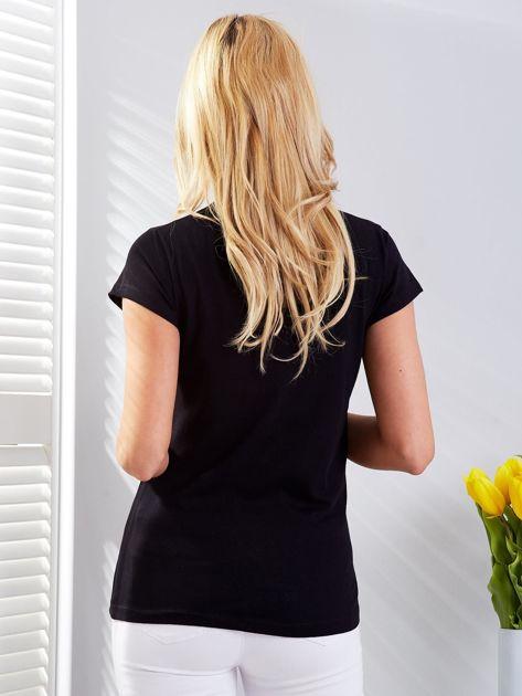 Czarny t-shirt z fotograficznym nadrukiem                              zdj.                              2