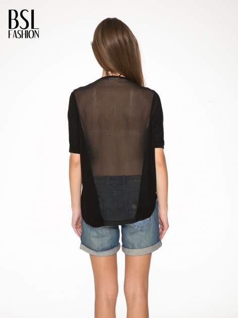 Czarny t-shirt z frędzlami i siateczkowym tyłem                                  zdj.                                  4