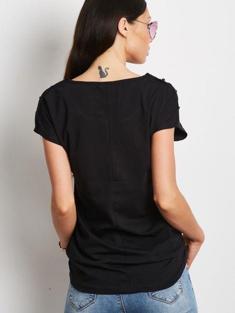 Czarny t-shirt z kieszonką i guzikami na ramionach                              zdj.                              5