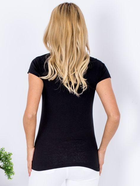 Czarny t-shirt z kolorowym napisem                                  zdj.                                  2