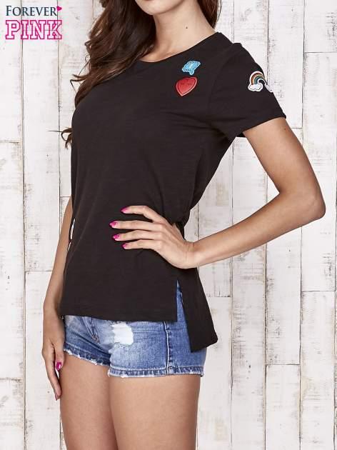 Czarny t-shirt z kolorowymi naszywkami                                  zdj.                                  3