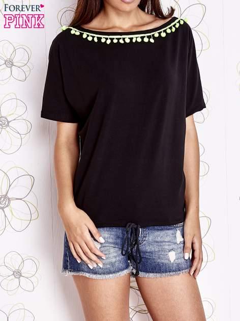 Czarny t-shirt z kolorowymi pomponikami przy dekolcie
