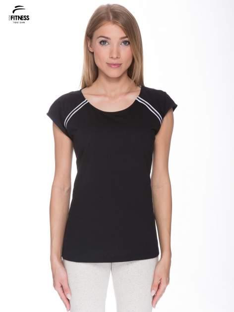 Czarny t-shirt z kontrastowym przeszyciem przy rękawach