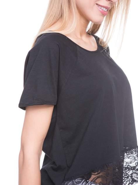 Czarny t-shirt z koronkowym dołem                                  zdj.                                  6