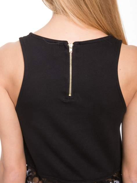 Czarny t-shirt z koronkowym dołem i zamkiem z tyłu                              zdj.                              8