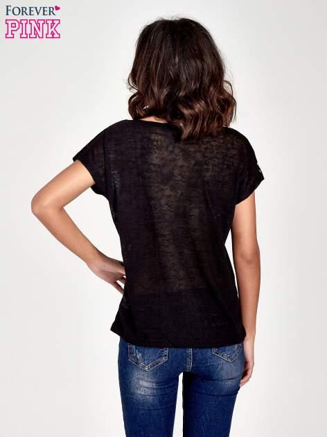Czarny t-shirt z kryształkami na rękawach                                  zdj.                                  4