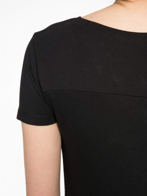 Czarny t-shirt z kwiatowym nadrukiem zdobionym dżetami                                  zdj.                                  10