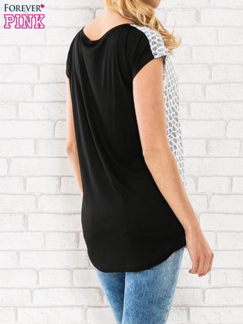 Czarny t-shirt z motywem kwiatowym i dłuższym tyłem                                  zdj.                                  4