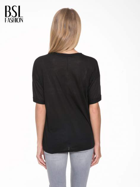 Czarny t-shirt z motywem religijnym                                  zdj.                                  4