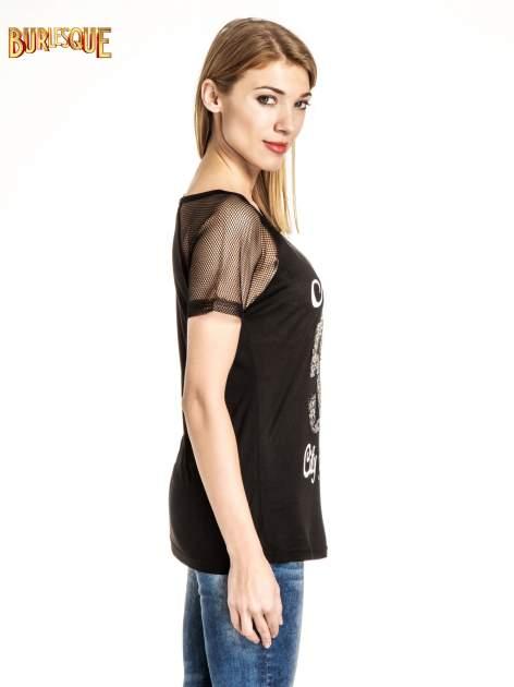 Czarny t-shirt z nadrukiem NEW YORK 55 i siatkowymi rękawami                                  zdj.                                  3