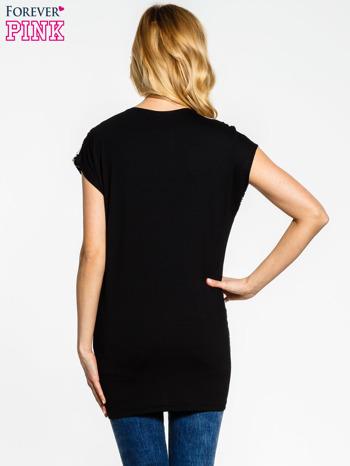 Czarny t-shirt z nadrukiem ornamentów geometrycznych                                  zdj.                                  2