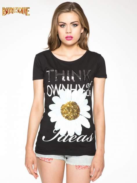 Czarny t-shirt z nadrukiem stokrotki z dżetami                                  zdj.                                  11