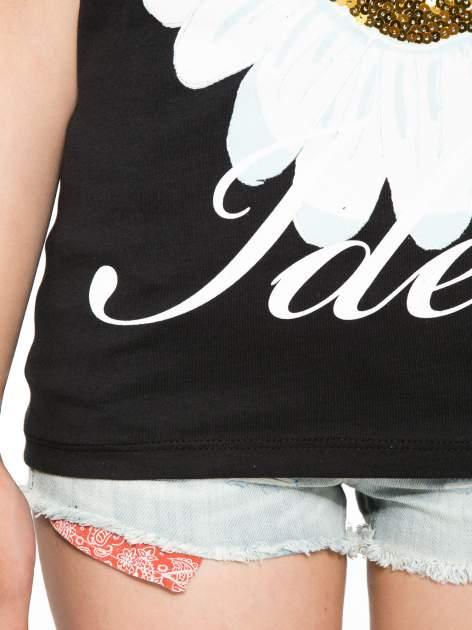 Czarny t-shirt z nadrukiem stokrotki z dżetami                                  zdj.                                  6