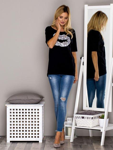 Czarny t-shirt z nadrukiem ust                                  zdj.                                  4