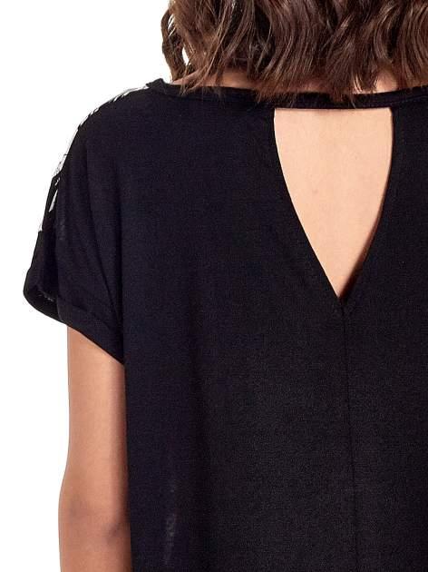Czarny t-shirt z nadrukiem w palmy                                  zdj.                                  6