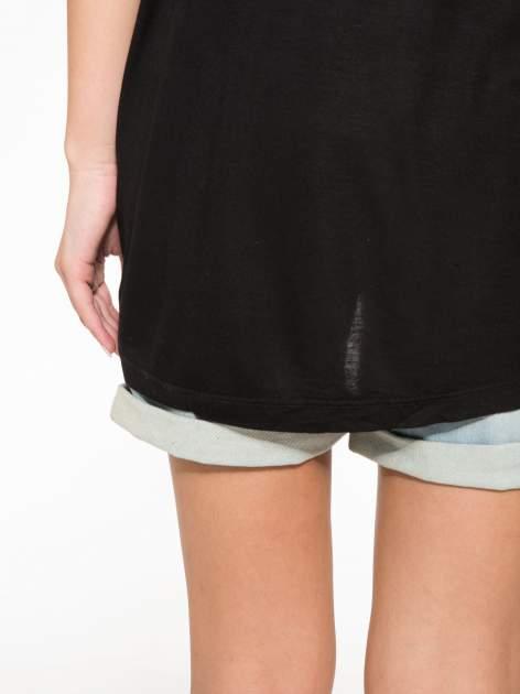 Czarny t-shirt z nadrukiem wilka i wydłużanym tyłem                                  zdj.                                  11