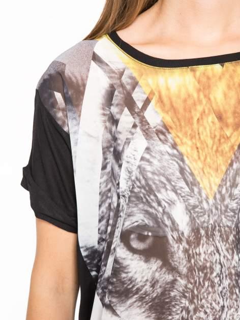 Czarny t-shirt z nadrukiem wilka i wydłużanym tyłem                                  zdj.                                  6