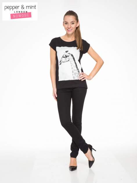 Czarny t-shirt z nadrukiem żyrafy                                  zdj.                                  5