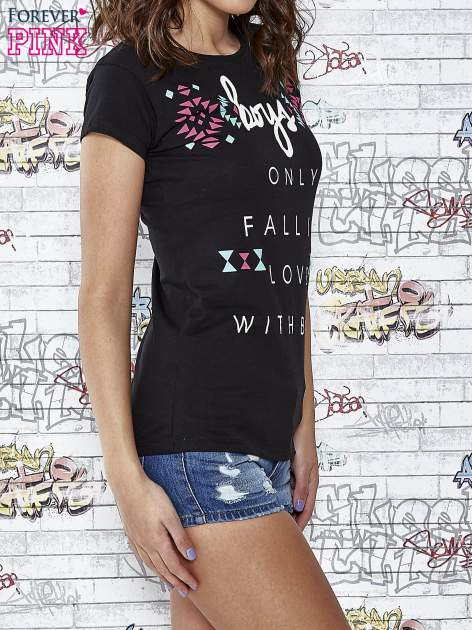 Czarny t-shirt z napisem BOYS ONLY FALL IN LOVE WITH BAD                                  zdj.                                  3