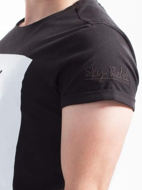 Czarny t-shirt z napisem SKY IS THE NEW REBEL                                  zdj.                                  6