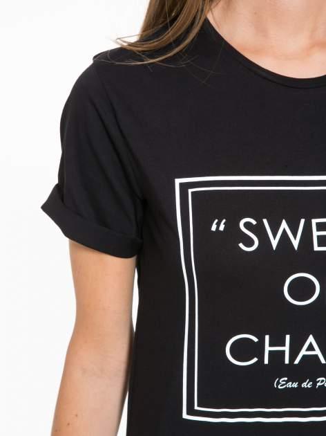 Czarny t-shirt z napisem SWEAR ON CHANEL                                  zdj.                                  7
