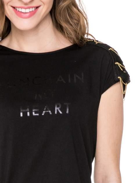 Czarny t-shirt z napisem UNCHAIN MY HEART i łańcuszkami                                  zdj.                                  5