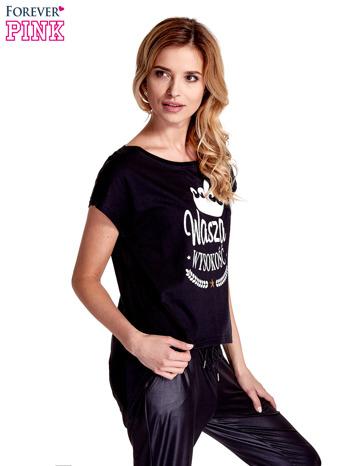 Czarny t-shirt z napisem WASZA WYSOKOŚĆ                                  zdj.                                  3