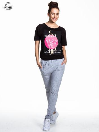Czarny t-shirt z napisem WORKING ON A NEW ME                                  zdj.                                  2