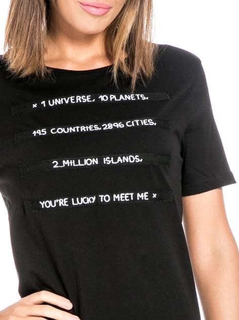 Czarny t-shirt z napisem YOU'RE LUCKY TO MEET ME                                  zdj.                                  5