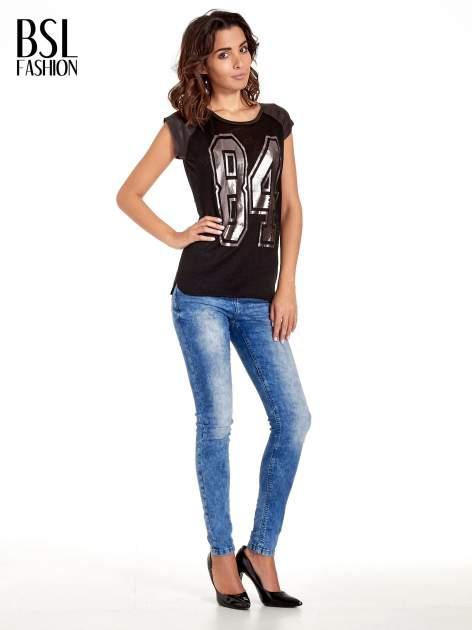 Czarny t-shirt z numerkiem i skórzanymi rękawami                                  zdj.                                  2