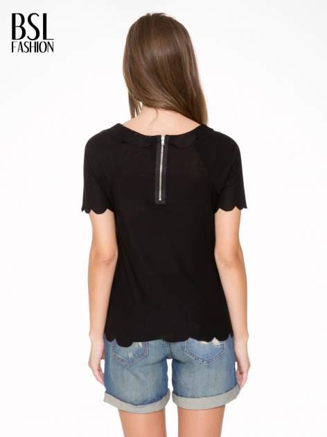Czarny t-shirt z ozdobnym wykończeniem                                  zdj.                                  4