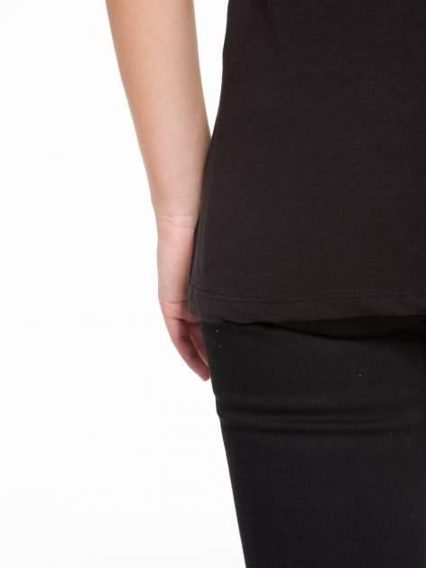 Czarny t-shirt z tiulowo-panterkową wstawką przy ramionach                                  zdj.                                  9