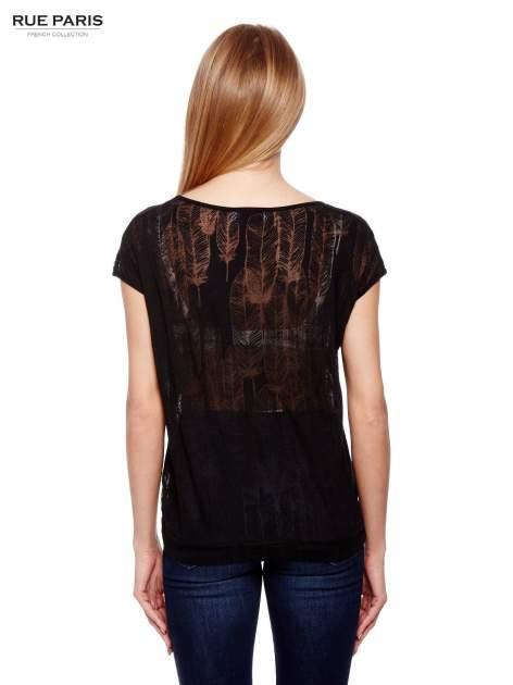 Czarny t-shirt z transparentnym nadrukiem piór                                  zdj.                                  4