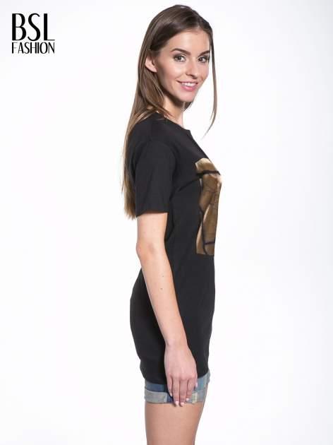 Czarny t-shirt ze złotą grafiką                                  zdj.                                  3