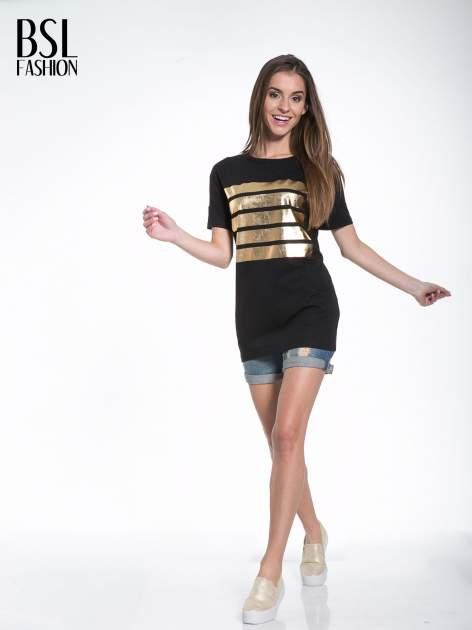 Czarny t-shirt ze złotymi pasami w stylu glamour                                  zdj.                                  5