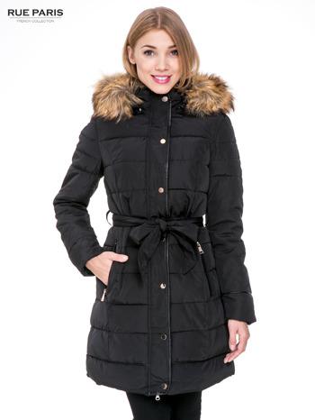 Czarny taliowany płaszcz puchowy z kapturem z futerkiem