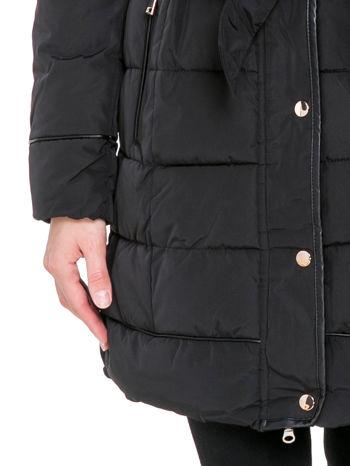 Czarny taliowany płaszcz puchowy z kapturem z futerkiem                                  zdj.                                  8