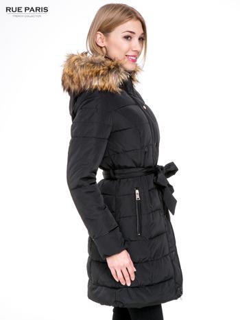 Czarny taliowany płaszcz puchowy z kapturem z futerkiem                                  zdj.                                  3