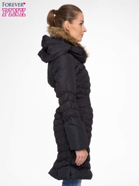 Czarny taliowany puchowy płaszcz z futrzanym kapturo-kołnierzem                                  zdj.                                  3