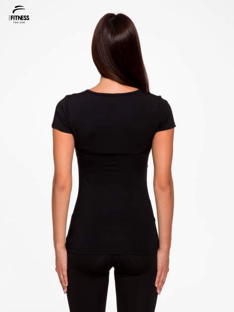 Czarny termoaktywny t-shirt sportowy z siateczką przy dekolcie z fluoróżową wstawką ♦ Performance RUN                                  zdj.                                  4
