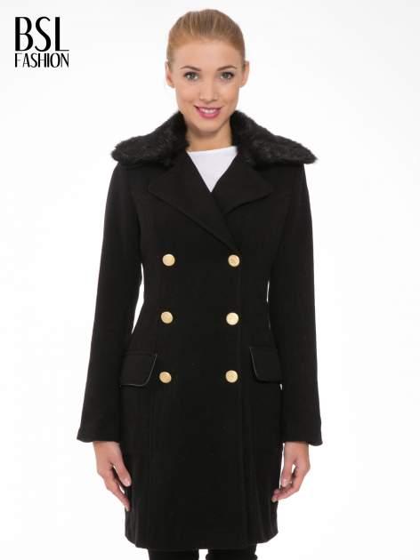 Czarny wełniany płaszcz dwurzędowy z futrzanym kołnierzem