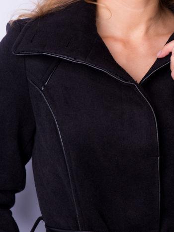 Czarny wełniany płaszcz ze skórzanym paskiem                                  zdj.                                  6